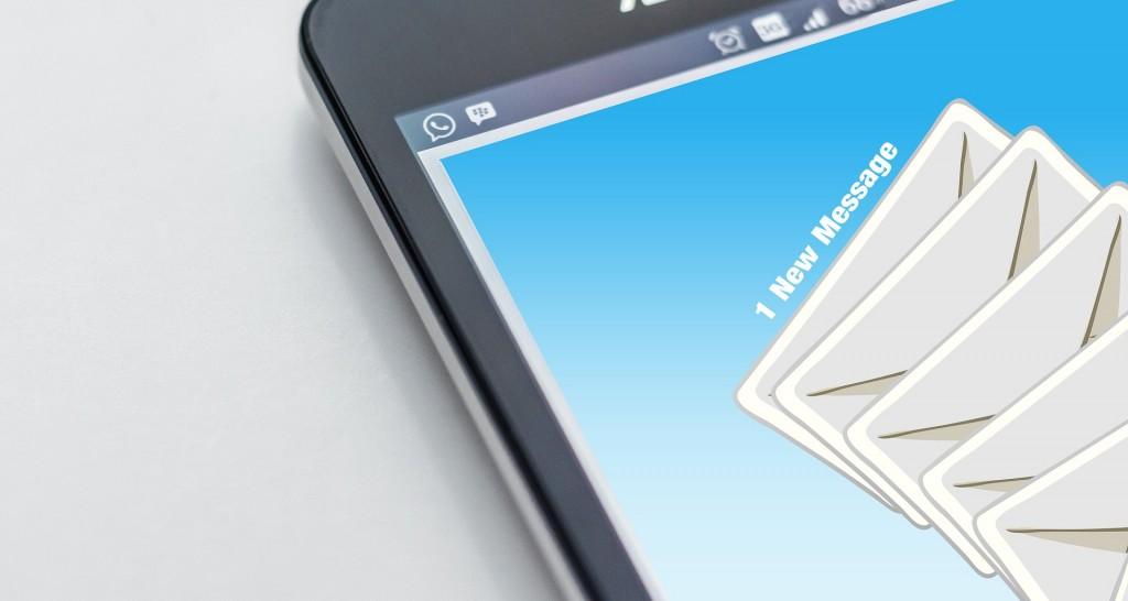 smartphone con una email